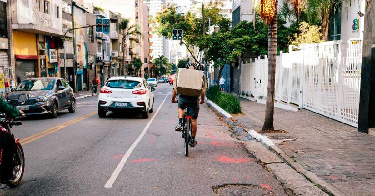 http://www.payparking.com.br/wp-content/uploads/2020/10/ciclista-ocupa-a-faixa-da-esquerda-em-uma-via-da-cidade-de-sao-paulo.jpg