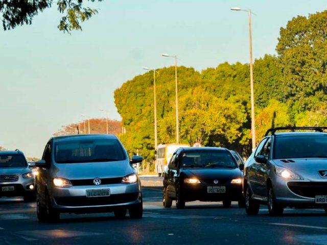 http://www.payparking.com.br/wp-content/uploads/2021/04/carros-transito-andam-com-farois-acesos-em-estrada-durante-o-dia-por-determinacao-legal-640x480.jpg