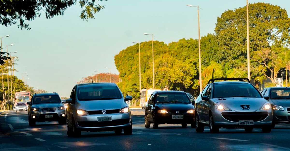 http://www.payparking.com.br/wp-content/uploads/2021/04/carros-transito-andam-com-farois-acesos-em-estrada-durante-o-dia-por-determinacao-legal.jpg